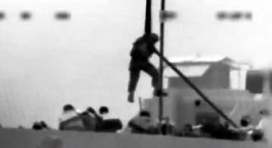Video optaget af det israelske søværn viser herover ifølge militæret, hvordan tyrkiske aktivister om bord på »Mavi Marmara« smider en israelsk soldat over bord
