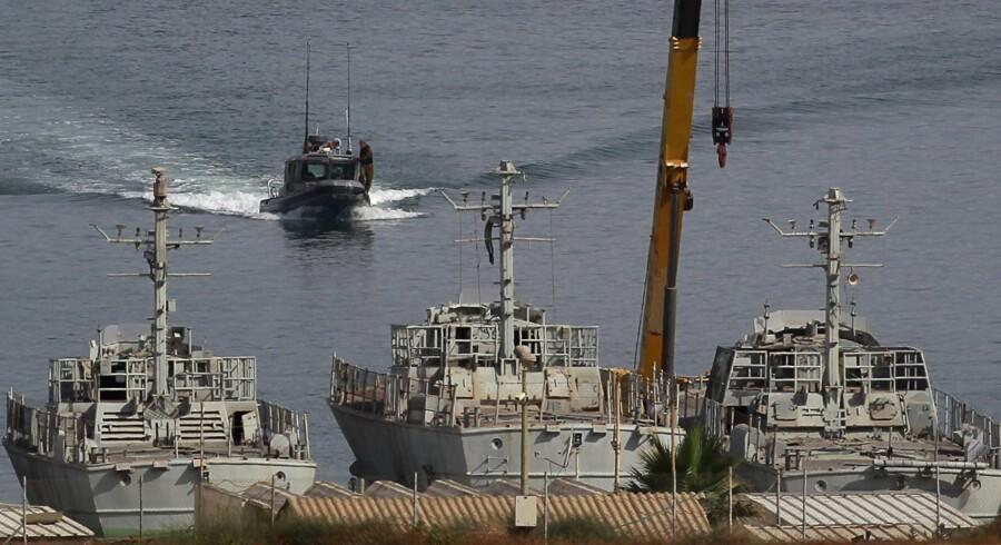 Israelske militærskibe lå klar havnen Ashdod og ventede på, at der blev givet ordre til at borde nødhjælpsskibet Rachel Corrie, der var på vej mod Gaza med nødhjælpsforsyninger.