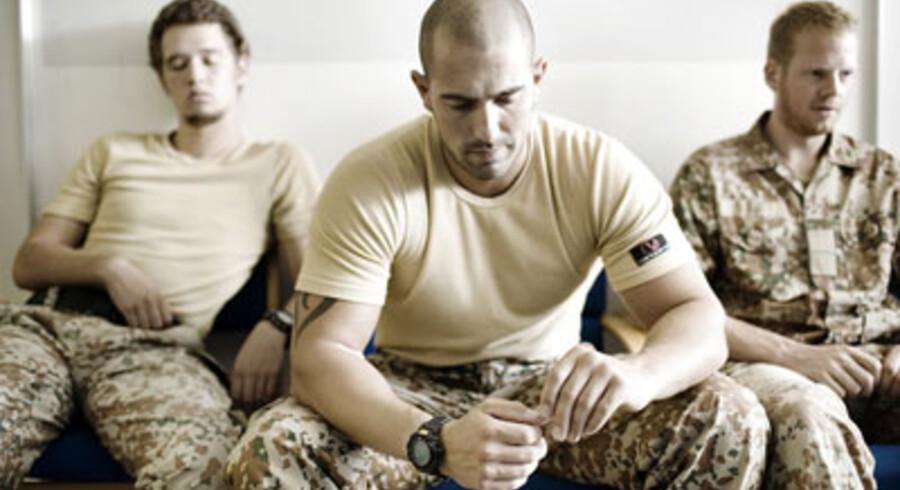 Uanset om de hjemvendte Irak-soldater føler sig veltilpasse eller ej, skal de til en psykologsamtale - ligesom de bliver undersøgt af en læge og får taget blodprøver samt afføringsprøver. Her venter tre soldater fra Jydske Dragonregiment i Holstebro på en kort, individuel snak med en militærpsykolog, før de helt afmønstrer og tager hver til sit. Godt hver tredje soldat fortsætter i forsvaret, mens resten skal ud i det civile liv. Foto: Tao Lytzen