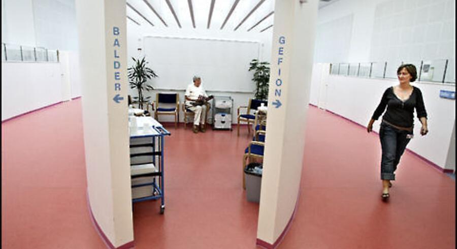 Der skal bygges om og skaffes mere personale, før hovedstadsområdets to store kræftbehandlingscentre kan give patienterne akut <br>behandling. Her er det stråleterapien på Herlev Hospital, hvor Bente Balling Hindeburg, Helsinge, venter på at komme i gang med den sjette<br> af 24 strålebehandlinger efter sin operation for brystkræft. Til højre er det oversygeplejerske Gitte Fangel. Foto: Liselotte Sabroe