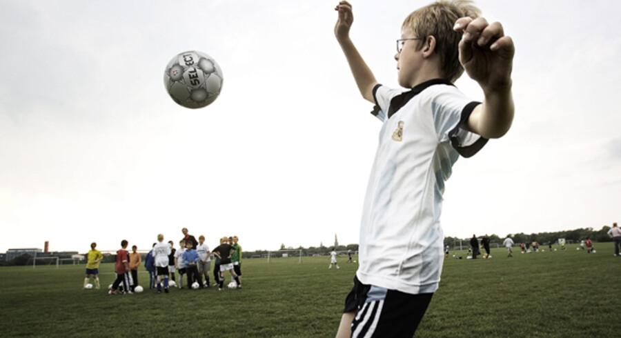 Victor på 11 år og hans holdkammerater i Sundby Boldklub har fået ny luft efter borgmester Klaus Bondams kovending i sagen om boligbyggeri på Kløvermarken. Foto: Erik Refner