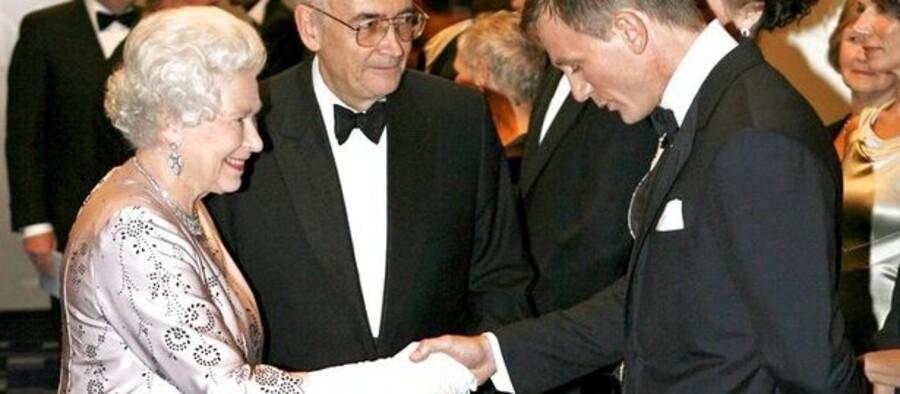 """Dronning Elisabeth mødte James Bond alias Daniel Craig ved premieren på Casino Royale. Hans film har slået """"hendes"""" med flere længder i butikkerne. Arkivfoto: Stephen Hird/AFP"""