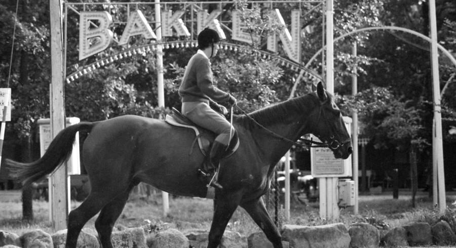 1960. Sommeren går på hæld, kvindelig rytter på Bakken