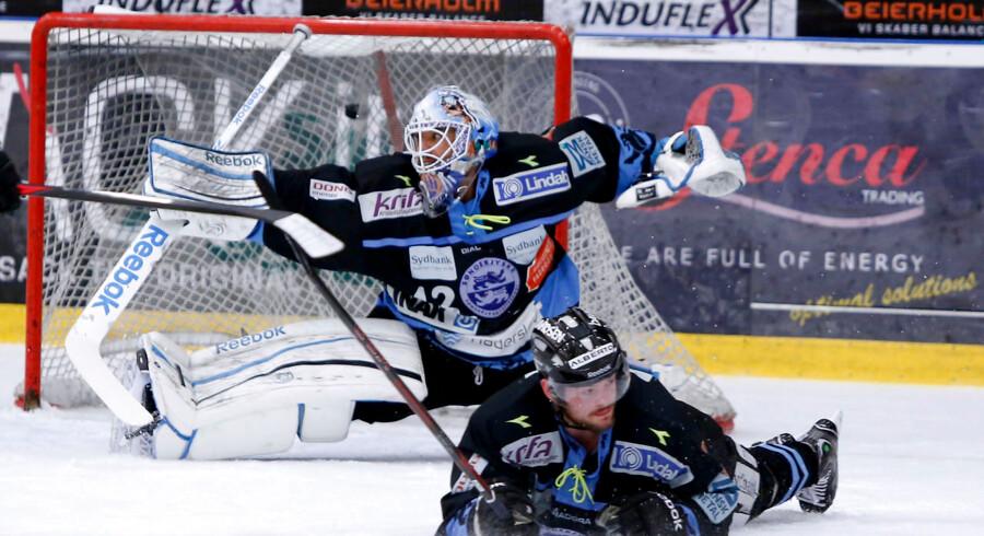 Anders Overmark fighter for sin VM-debut, men her er han nede i DM-semifinalen mod Aalborg Pirates. I det sønderjyske mål Alfie Michaud.