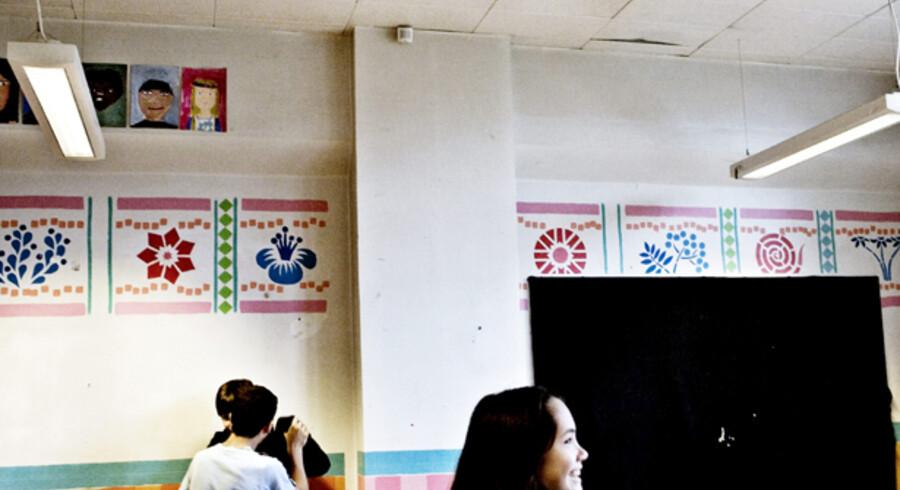 I 7.U.på Matthæusgades Skole leger Mohammed Canpolat, 13, Paw Poulsen, 13, og Minna Rudbeck, 12, med fare for, at loftet falder ned over dem i de gamle klasselokaler.<br>Foto: Linda Henriksen