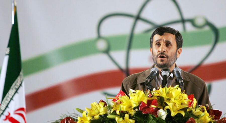 Irans præsident, Mahmoud Ahmadinejad taler under et besøg på Natanz-berigningsanlægget ca. 300 km syd for Teheran. især Vesten frygter, at landet vil benytte den berigede uran til at fremstille atombomber.