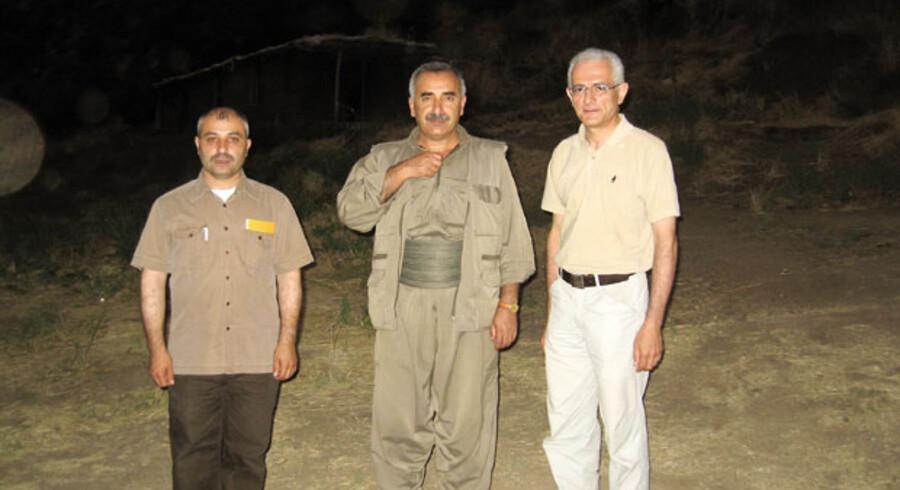 Under opholdet i en PKK-lejr i det nordlige Irak mødte Manouchehr Zonoozi (th.) fra ROJ TV og Metin Yüce (tv.) fra ROJ NV den øverste fungerende leder for terrorgruppen, Murat Karayilan (i midten).