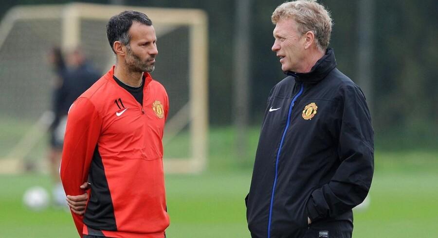 Manchester United har udpeget Ryan Giggs (tv.) til fungerende manager, efter klubben tirsdag fyrede David Moyes (th.)