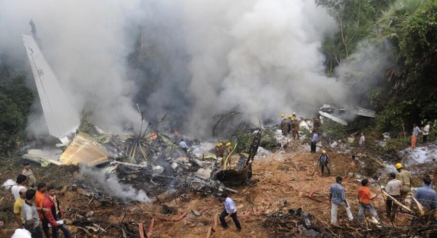 Der var 160 passagerer og seks besætningsmedlemmer om bord, da flyet fra Air India forulykkede tæt ved landingsbanen ved Mangalore lufthavn i Indien.