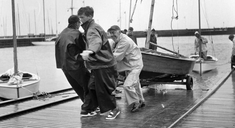 1955. Jollerne trækkes på land i havnen efter en kapsejlads-uge.