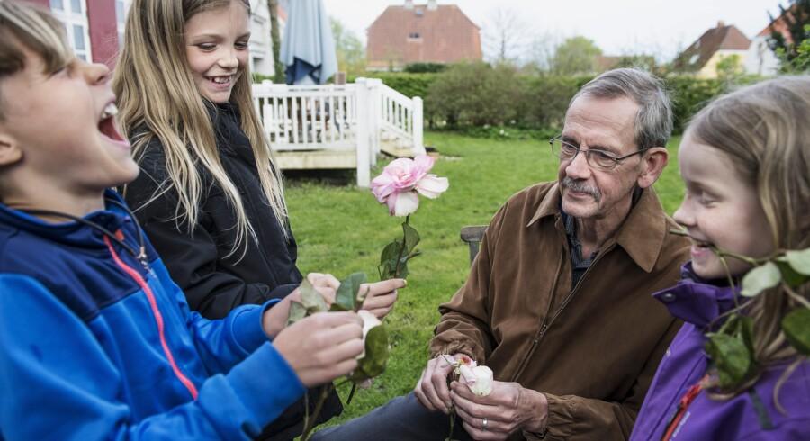 I torsdags var der blomster på skemaet i »Bedstefarskolen«, hvor Hans-Henrik Holm bl.a. fortalte Jonathan, Katarina og Luna (th.) om befrugtningssystemet og om, at blomster kan bruges til parfume. Foto: Bo Amstrup