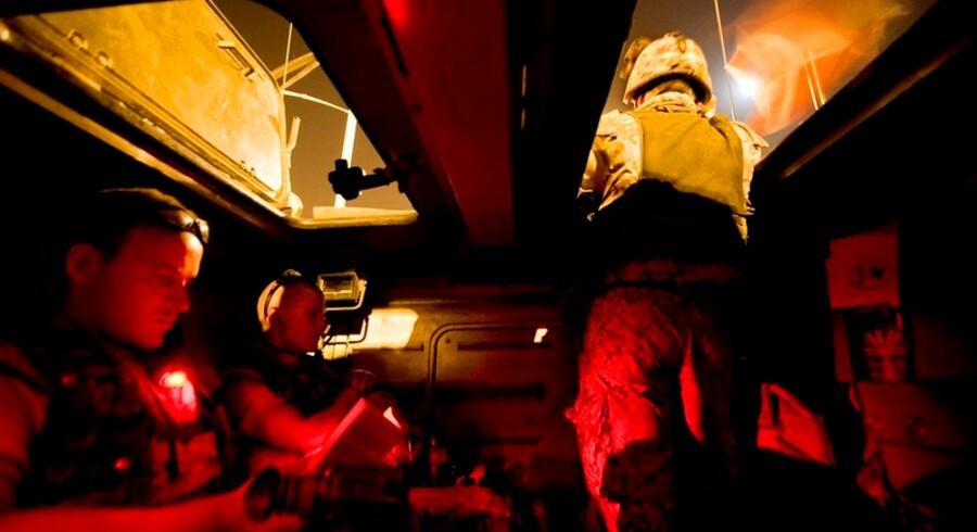 Gennem natten i Irak i en Piranha. Det røde<br>lys sikrer, at nattesynet er intakt, hvis det bliver<br>nødvendigt at forlade vognen i en fart.<br>Foto: Søren Bidstrup