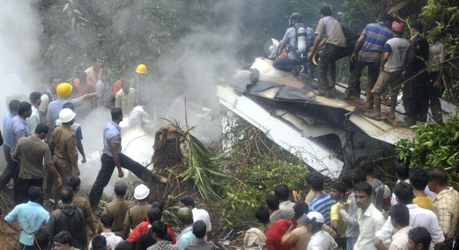 Der var 160 passagerer og seks besætningsmedlemmer om bord på det Boeing 737 fra Air India Ekspress, der styrtede ned tæt ved landingsbanen ved Mangalore lufthavn.