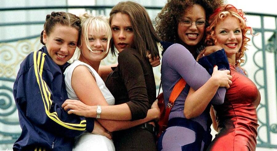 Victoria Becham blev kendt som hende der aldrig smilede, da hun i 90'erne turnerede verden rundt med Spice Girls. I dag er hun gift med fodboldstjernen, David Beckham, og de to er efter mere end 10 år stadig et af sladderpressens yndlingspar. Kig med her og bliv klogere på den engelske kendis -og mor til fire - der i en alder af 40 år blandt andet kan skrive popstjerne, model, og anerkendt modedesigner på CV'et.