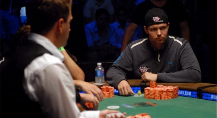 Philip Hilm sidder på tv-selskabet ESPN's massivt dækkede pokerbord. Foto: Stephy Sanders / IMPDI