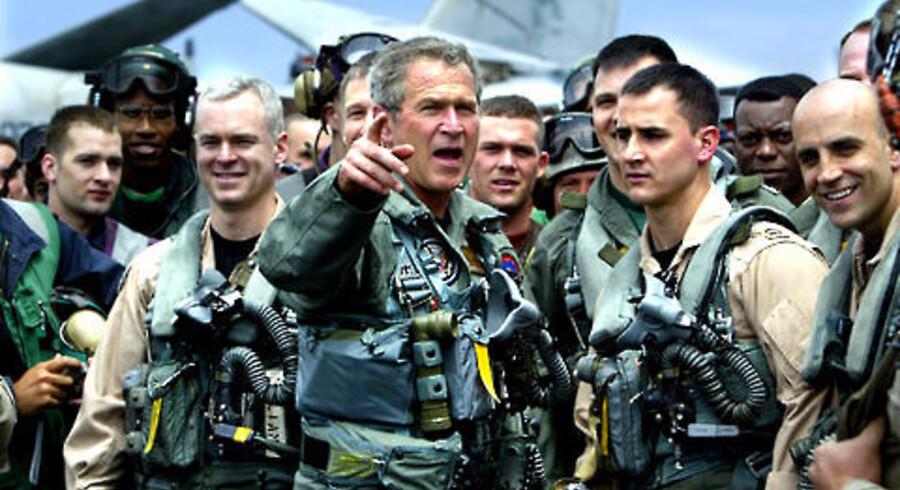Præsident George W. Bush mødte 1. maj 2003 besætningen om bord på hangarskibet »USS Abraham Lincoln«. Nu er Irak-krigen godt på vej til at ødelægge hans og det republikanske partis politiske liv. Foto: Kevin Lamarque/Reuters