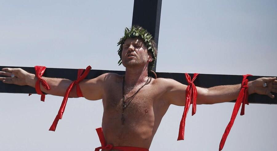 Stuntmanden Lasse Spang Olsen lod sig langfredag frivilligt korsfæste på Filippinerne.