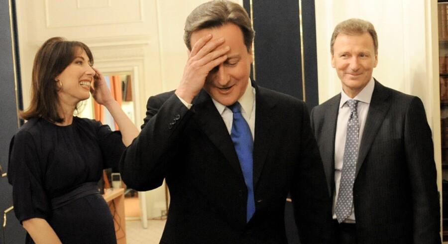 Den nye britiske premierminister, David Cameron, indtog i aftes Downing Street.