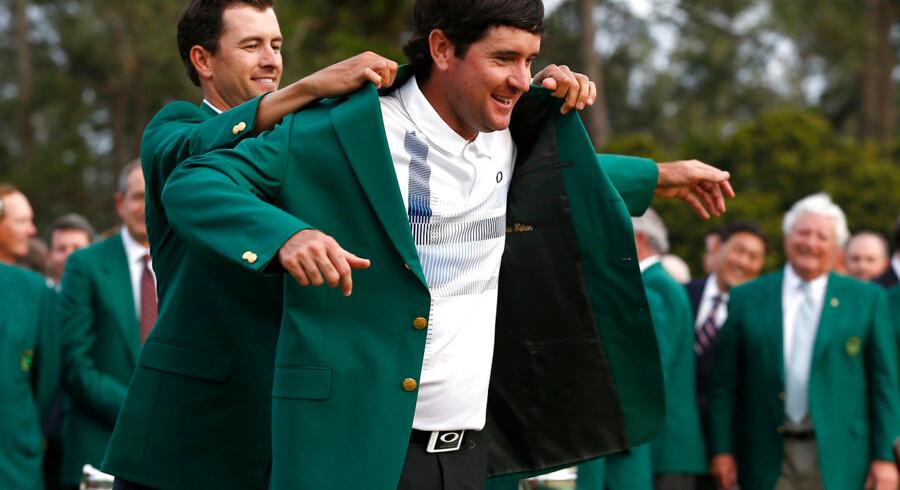 Bubba Watson får den grønne jakke som bevis på, at han er vinder af Masters 2014