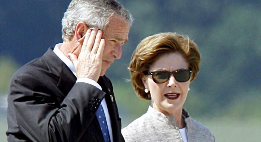 Præsident George W. Bush og fruen Laura Bush ses her 8. juni, 2007 i Rostock-Laage lufthavnen efter G8-topmødet i Heiligendamm. Laura Bush mener parret blev forgiftet.