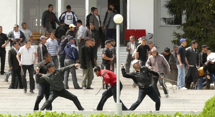 Bakijev-tilhængere kaster med sten mod en regeringsbygning i Osh i det sydlige Kirgistan.