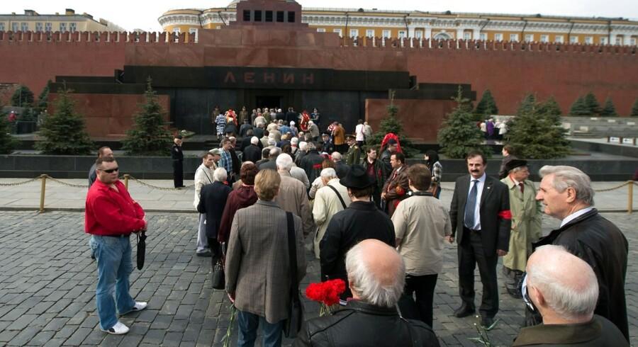 ARKIVFOTO fra den røde plads i Moskva. Almindelige borgere i Rusland kan få en bøde for at svovle på offentlige steder, hvor prisen for at ytre en ed kan rende op i mere end 375.000 kroner.
