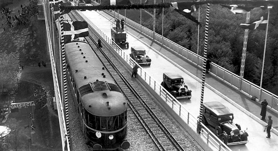 1935. Den nye Lillebæltsbro blev med promp og pragt indviet den 14. maj 1953. Her sprænger det første lyntog, der kører over broen den rød-hvide snor ved den officielle åbning. Kong Christian X deltog.