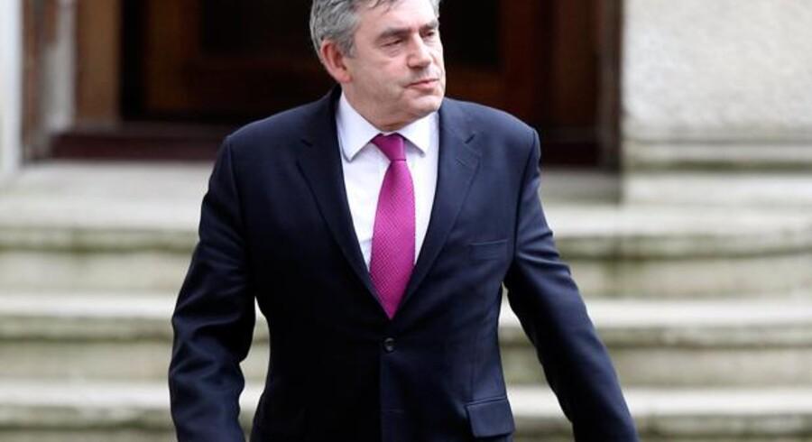 Storbritanniens premierminister Gordon Brown på vej ud fra et møde i det britiske udenrigsministerium. Et møde hvor Liberaldemokraternes leder, Nick Clegg, også deltog.