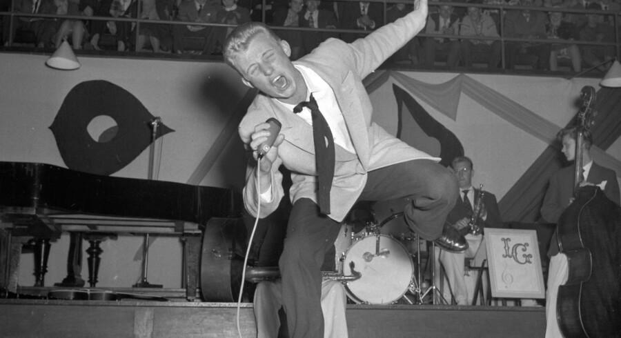 """Sangeren Ib """"Rock"""" Jensen er død, 81 år gammel. Ib Jensen debuterede 4. oktober 1956, med en koncert i KB Hallen, hvor han og Preben Uglebjerg optrådte sammen med kapelmestrene Ib Glindemann og Peter Plejl."""