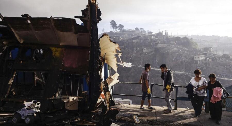 Det kan tage over tre uger at få bugt med den store skovbrand i den chilenske havneby Valparaiso