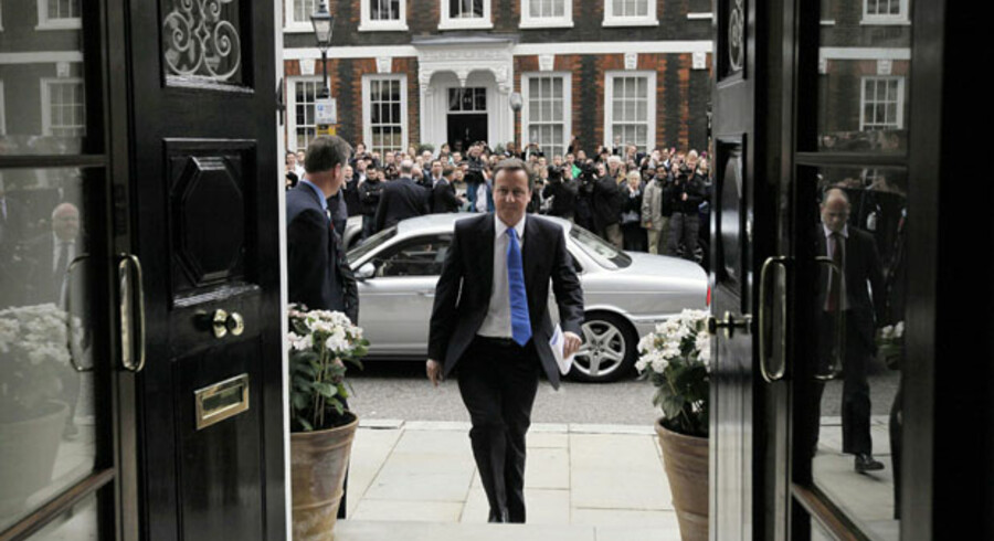 Endnu er David Cameron ikke ny premierminister i Storbritannien, og derfor gik turen i går til det konservative hovedkvarter i London og ikke til Downing Street 10. Men alt tyder på, at han bliver den 21. premierminister uddannet fra Eton College.