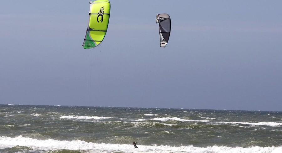ARKIVFOTO. Kite-surfere i gang på det oprørte vesterhav på Løkken Strand. Mandag eftermiddag kom en surfer i havsnød ved Sennels i Limfjorden.