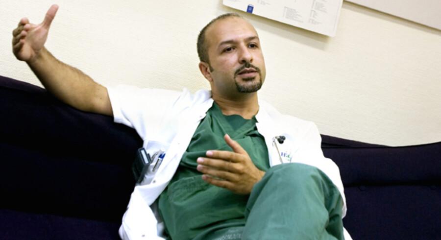 »Det var meget svært i begyndelsen, men sproget bliver klart bedre, når man bruger det i sit arbejde,« siger irakiske Alaa El-Hussuna, der arbejder på Hvidovre Hospital. Foto: Jan Jørgensen