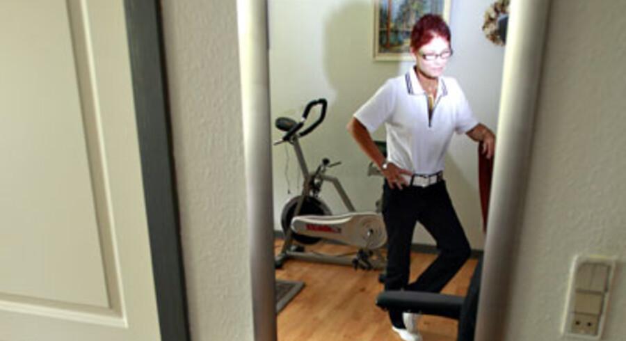 Lise Christiansen kan ikke strække sit ene ben ud efter forkert genoptræning. Foto: Claus Fisker