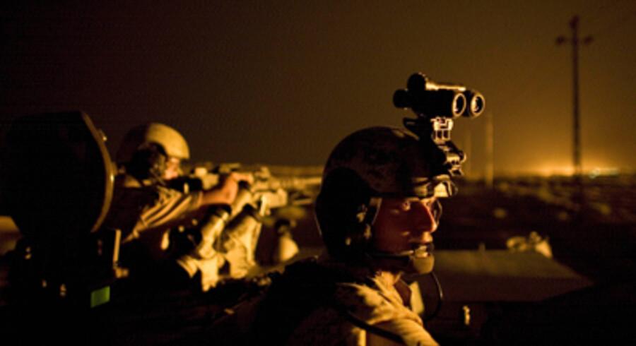 På vej gennem den irakiske ørken, der visse steder bliver lyst op af brændende olie- og gaskilder. Foto: Søren Bidstrup