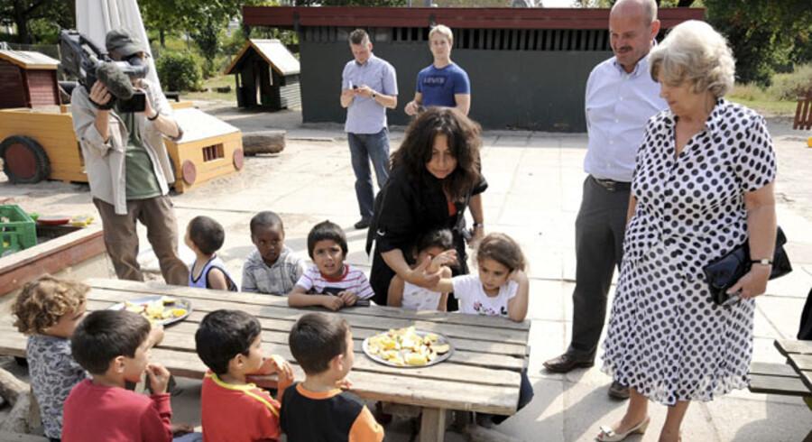 Den planlagte udlændingepakke er alt for restriktiv på flere punkter, mener Institut for Menneskerettigheder. Her ses integrationsminister Birthe Rønn Hornbech sidste år i en odenseansk børnehave sammen med byens daværende borgmester, Jan Boye.