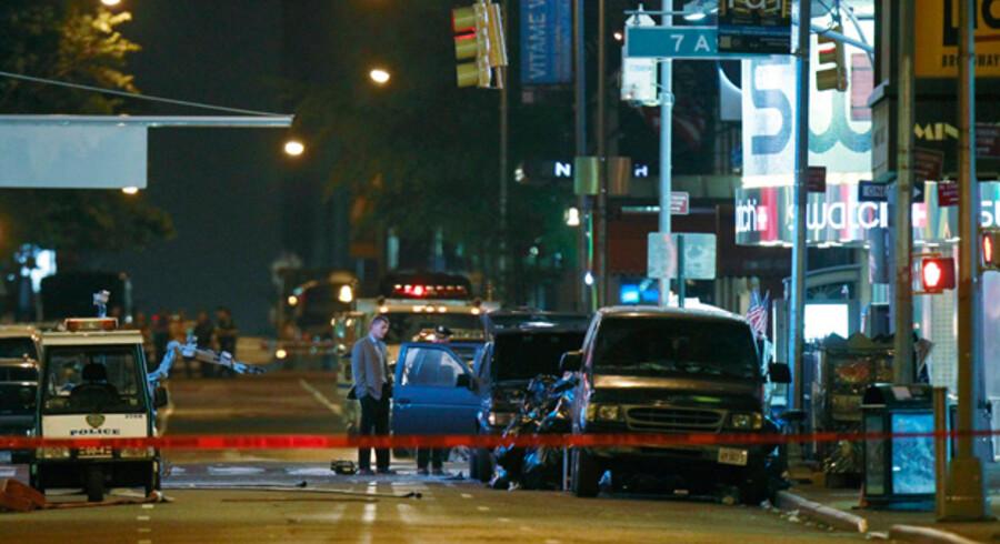New Yorks politi og bandvæsen afspærrede lørdag aften området omkring  Time's Square efter fundet af en ueksploderet bilbombe.