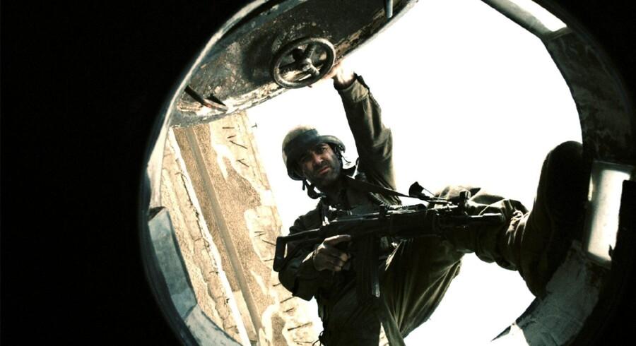 Filmen »Libanon« handler om fire soldater, der under Israels invasion af Libanon i 1982 farer vild i fjendeland i deres tankvogn. Gennem periskopet betragter de invasionens resultater.