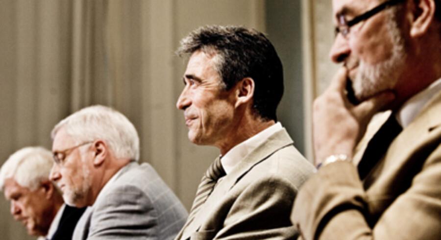 En tilfreds statsminister  Anders Fogh Rasmussen omgivet  af tre af de tunge forhandlere, efter at resultatet ved trepartsforhandlingerne i går var kommet i hus - fra venstre Venstres KL-formand, Erik Fabrin, finansminister Thor Pedersen (V) og til højre LO-formand Hans Jensen. Foto: Linda Henriksen.