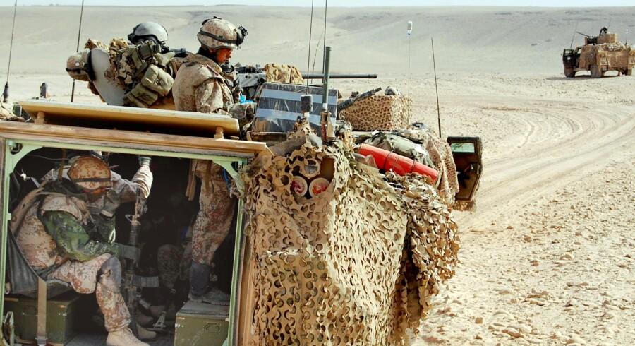 Danske soldater i konvoj i Helmand-provinsen. Her en pansret mandskabsvogn i ørkenen.