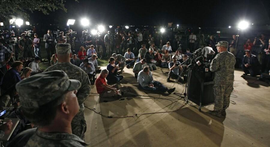 Pressekonference i nat ved Fort Hood i Texas, hvor en soldat ifølge myndighederne dræbte tre personer og sårede mindst 16.