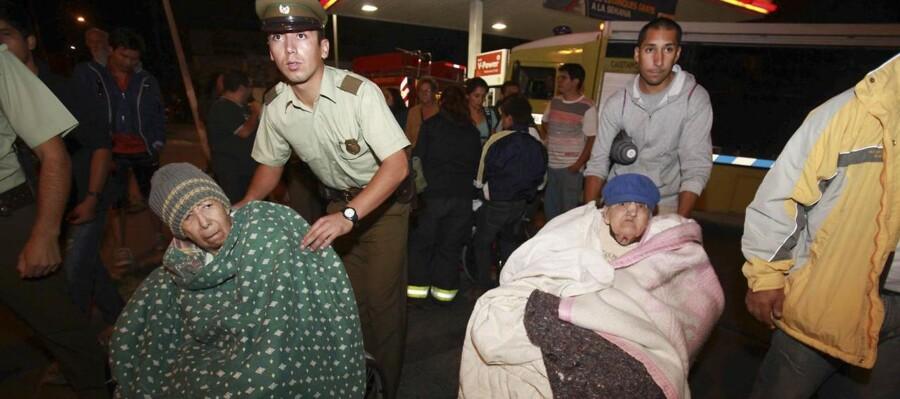Næsten en million chilenere er blevet evakueret efter det kraftige jordskælv og den efterfølgende tsunami, som ramte landet natten til onsdag dansk tid.