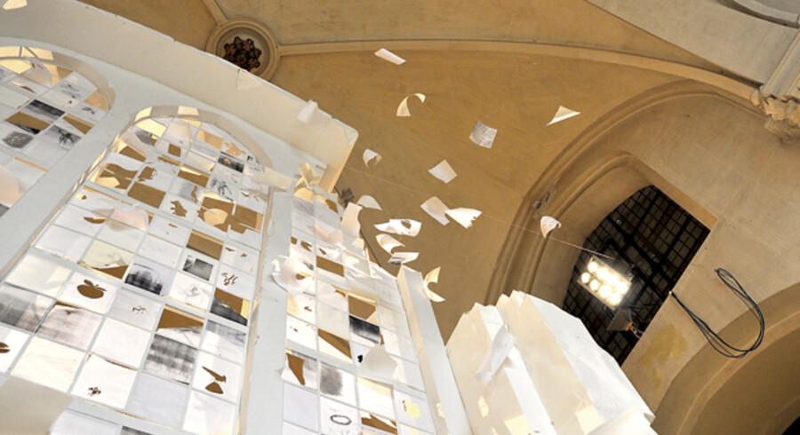 Peter Callesens næsten 1:1-papirmodel af det store vinduesparti i Nikolaj Kirke, som i øjeblikket kan ses i Kunsthallen Nikolaj, er et på flere måder imponerende værk, hvor det perfekte blandes med det ufærdige og afprøvende.