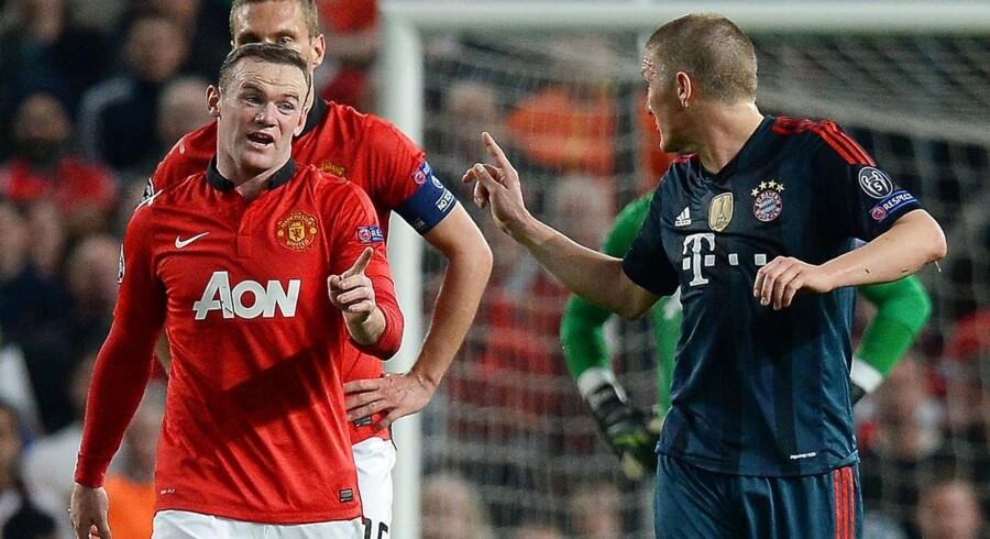 Bastian Schweinsteiger gjorde det klart for Wayne Rooney, at han følte, at englænderen havde kastet sig for at fremtvinge et rødt kort.