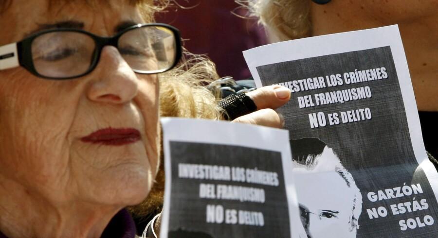 Flere steder i Spanien og i resten af Europa har der været demonstrationer til fordel for dommer Baltasar Garzón, som står anklaget for embedsmisbrug. Garzón efterforsker folkemordet under og efter Den Spanske Borgerkrig.