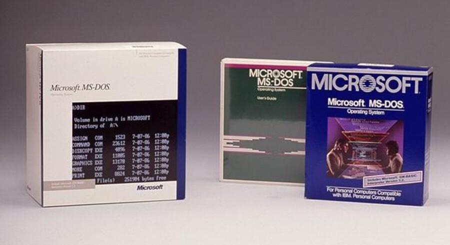 Nogen vil få vand i øjenkrogene, når de ser disse æsker: Det gode, gamle styresystem MS-DOS er sammen med den første Word til Windows kommet på museum og kan nu kikkes i kortene. Foto: Microsoft