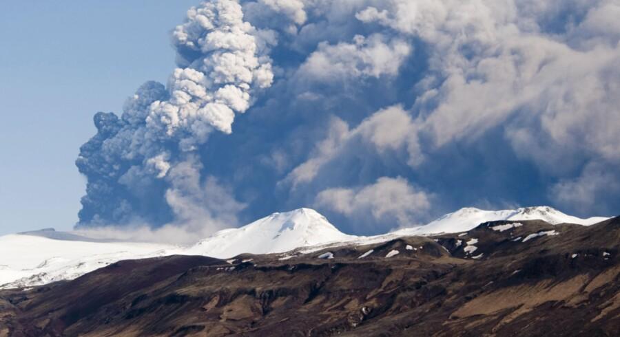 Vulkanen under Eyjafjallajökull-gletsjeren fortsætter med at sende aske ud i atmosfæren.