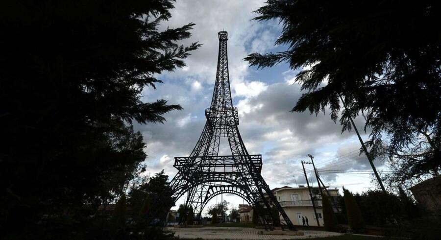 31. marts er det 125 år siden at Eiffeltårnet blev indviet i Paris. Siden har tårnets konstruktion og berømmelse spredt sig over hele verden.For eksempel her: En 26 meter høj kopi af Eiffeltårnet står på en plads i den græske landsby Filiatra, der ligger 208 meter sydvest fra hovestaden Athen.