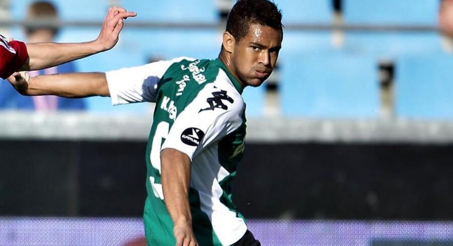 Viborgs Kevin Mensah (th) skal have ny agent. Hans far Samuel Mensah har fået sin FIFA-licens inddraget af DBU.