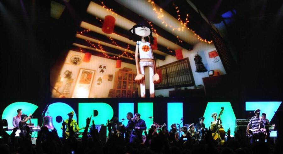 Over 30 musikere pendulerede ind og ud af scenen på Roundhouse i London.